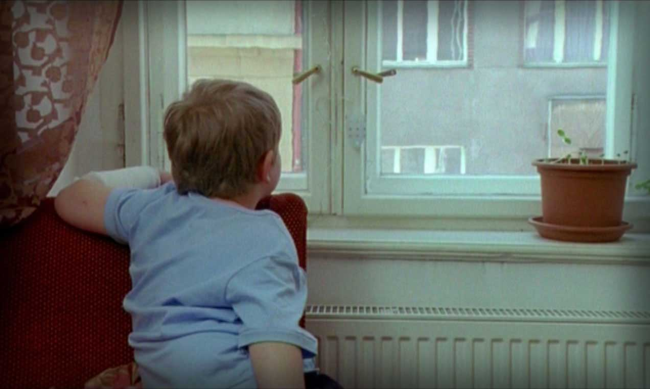 This is the story of Kuba, an 8-year-old boy who has problems to make friends in school and is absorbed by his studies. His teacher is clearly concerned about it but his mother thinks he's perfectly normal. Even though things may appear as normal, a trip to the hospital will develop into a possibility to change Kuba's life, allowing him to finally get his mother's attention.