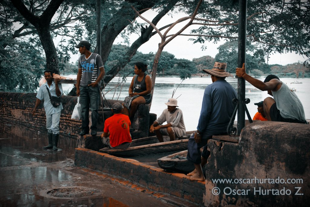 A group of locals waiting to go onboard of canoes to cross the Magdalena river